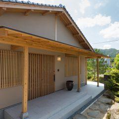 豊かな自然の風景に溶け込む石州瓦の家