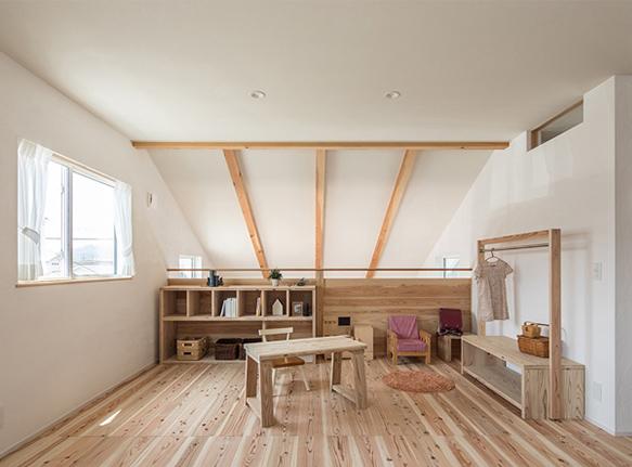 家族のプライベートリビングと子ども室を一体にした大空間。