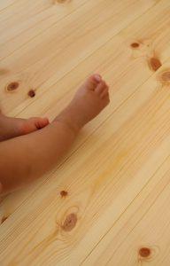 裸足で歩く無垢の床