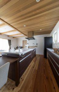 板貼りの天井がアクセントのキッチン