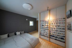 ご主人のコレクションが並ぶ寝室