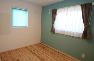ペパーミントグリーンが印象的な子供室