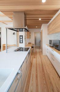 レッドシダー貼りのキッチン天井