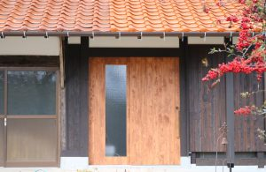 造作の木製玄関戸