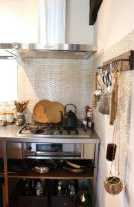 優しい色のキッチンタイルに並ぶ道具達