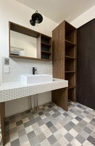 モザイクタイルで仕上げた造作の洗面台