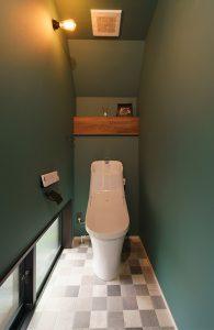 足元の明かり採りが効果的なトイレ空間
