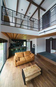 レッドシダーの天井とアイアンが織りなす空間