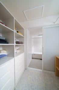 室内干しの出来る広く明るい洗面室