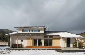 長閑な風景に建つ薪ストーブのある家