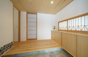 木の香りが溢れる広々とした玄関ホール