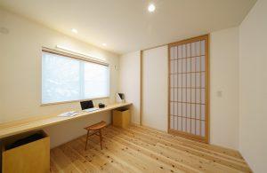 窓際カウンターの明るいワークペース